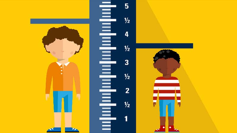 деца си мерят височината