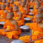 хора практикуват випасана медитация